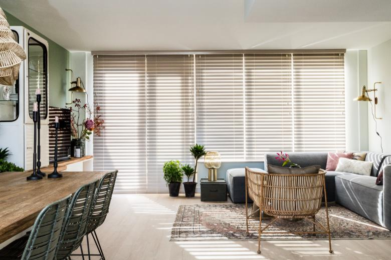 JASNO wooden blinds in living room brown