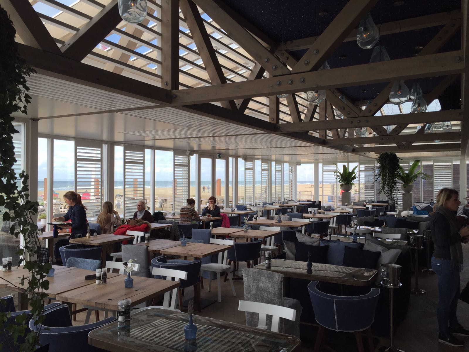 shutters at beach restaurant de waterreus | jasno