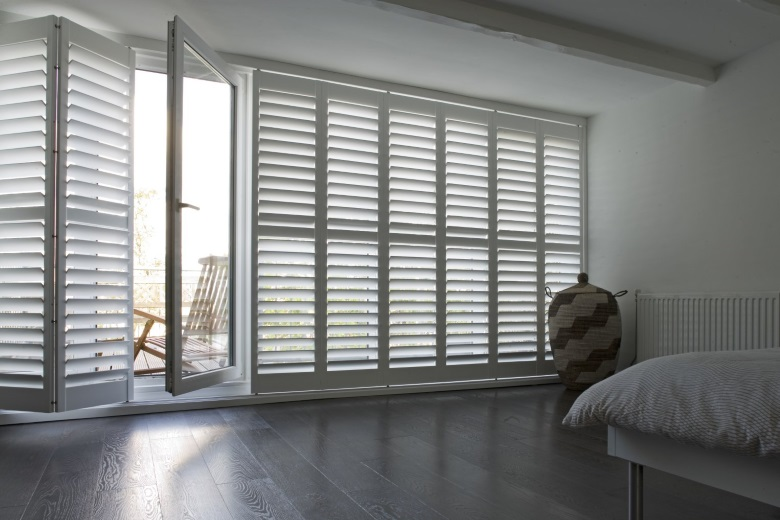 white wooden shutters without tilt-rod (silentview) but with railsystem
